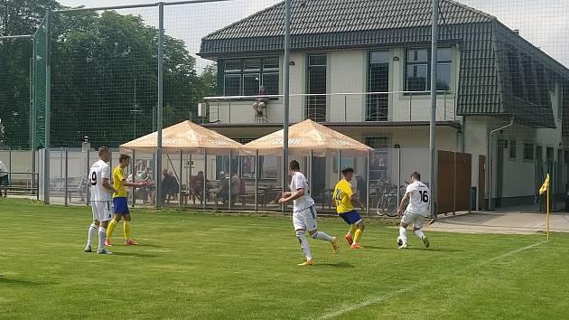 Fotbalisté Holešova (v bílých dresech) v sobotu porazili zlínské mladíky 5:2. Kádr na novou sezonu ještě uzavřený není.