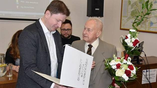 PŘEDÁNÍ OCENĚNÍ. Cenu města Kroměříže za rok 2018 předal Josefu Olišarovi starosta Jaroslav Němec.