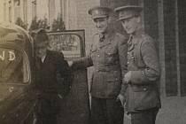 Otmar Riedl nasedá 16. dubna 1941 do auta k cestě na letiště Burchem Newton. Vedle něj jsou škpt. Jaroslav Šustr a britský styčný důstojník SOE mjr. Hesketh-Pritchard. (zdroj: MZA Brno - Státní okresní archiv Kroměříž)