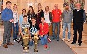 Žáci kroměřížské ZŠ Oskol si v minulých dnech připsali výjimečný úspěch, potřetí v řadě vyhráli soutěž Odznak všestrannosti olympijských vítězů (OVOV). Odměnou jim bylo i přijetí u starosty města Jaroslava Němce (vlevo).