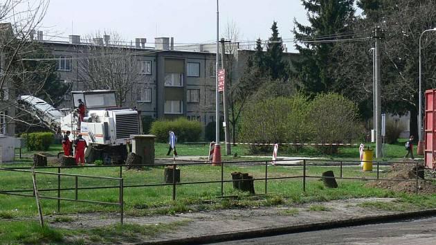 Kruhový objezd, který v těchto dnech vyrůstá v Holešově, zpřehlední křižovatku u tamního policejního internátu. V jeho blízkosti investor postaví již čtvrtý supermarket ve městě.