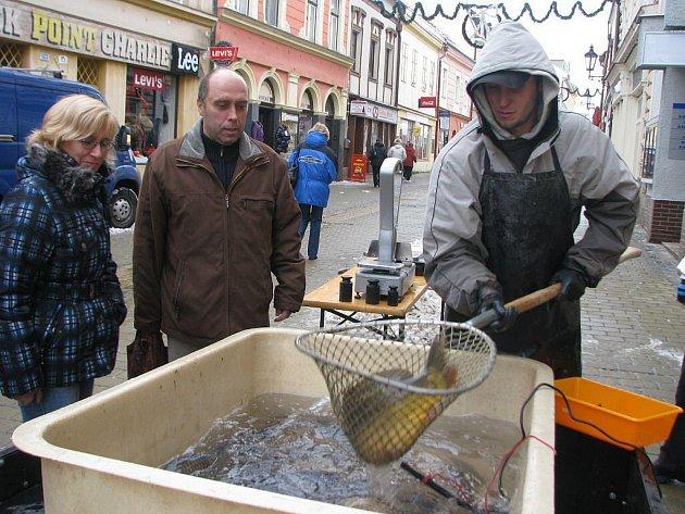 V kroměřížské ulici Kovářská prodávají od pondělí 20. prosince 2010 vánoční kapry. Ryby pocházejí z tovačovského rybářství.