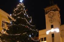 Stovky lidí se sešli v Kroměříži na Velkém náměstí při příležitosti rozsvěcování vánočního stromu.