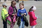 Děti z družin poznávaly ve středu odpoledne na kroměřížském náměstí byliny, stromy, luštěniny ale třeba i nebezpečný odpad v rámci osvěty Dne Země, který bude v pátek.