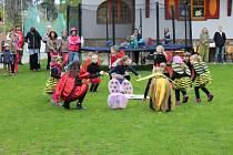 I přes nepříznivé počasí se probouzení broučků v bystřickém volnočasovém středisku Včelín zúčastnilo na dvě stovky rodičů s dětmi.