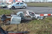 Řidič v Hulíně přerazil závory, auta a vlaky stály.