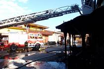 V Koryčanech hořel dřevopodnik, hasiči tam zachránili majetek za 10 milionů