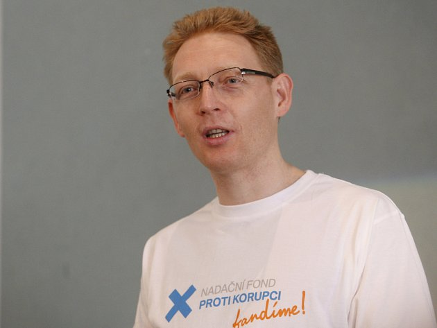 Na tiskové konferenci 23. března v Praze byl představen novinářům Nadační fond proti korupci. Na snímku Karel Janeček.