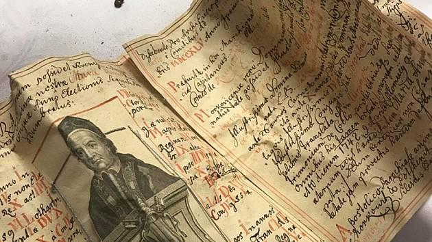 Listiny, mince a větvičky kočiček, to jsou předměty, které odhalili ve věži kostela v Morkovicích při její letošní rekonstrukci.