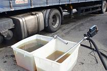 Z kamionu unikala ve Střílkách nafta, do kanalizace se naštěstí nedostala