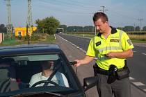 Policisté ve středu 16.7. kontrolovali řidiče u Hulína: ti motoristé, kteří nenadýchali alkohol, dostali za odměnu nealko pivo a alkohol tester.