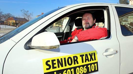 Senior taxi v Kroměříži.  Na snímku řidič Vladimír Vrána.