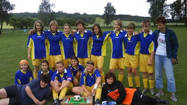 Mladé hráčky DFK Holešov získávají v posledních sezonách potřebné zkušenosti v okresním přeboru.