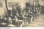 Žáčci žeranovické školy na snímku z poloviny minulého století mají dnes přes sedmdesát let. Za nimi stojí vedle paní učitelky také dlouholetý ředitel a učitel školy pan Sedlář. Co už by dnes ve škole každého překvapilo, jsou v pozadí stojící kamna na uhlí