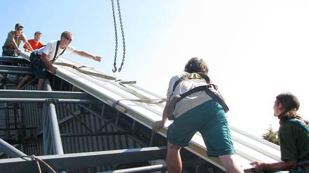 Dělníci montují v těchto dnech novou střechu na zimní stadion v Kroměříži.