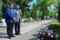 Starosta Roman Hoza (vlevo) a místostarosta Jiří Schaffer při tiché vzpomínce na hřbitově v Hulíně.