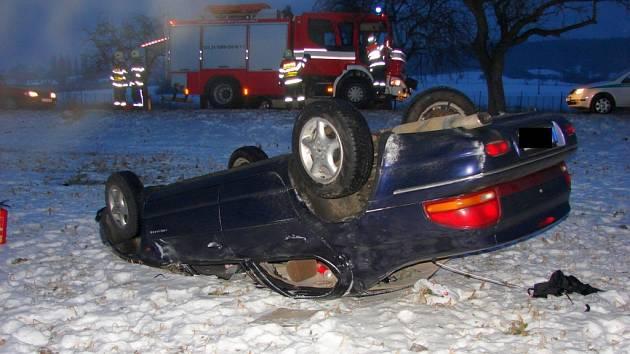 Pomoc hasičů po havárii osobního auta u Kotojed.