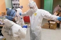 Redaktor Deníku navštívil covidové oddělení kroměřížské nemocnice. Ochranný oblek se vším všudy. Dvoje návleky, dvoje rukavice, respirátor, štít, bílý oblek. Desinfekce před odchodem z oddělení.
