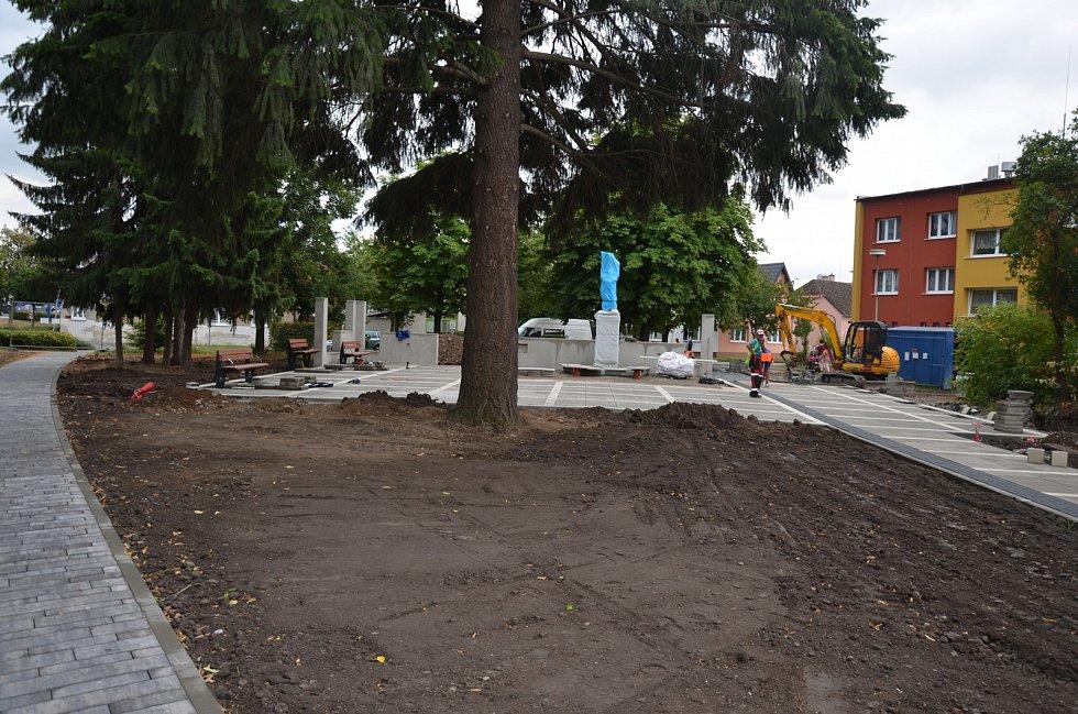 REVITALIZACE PARKU. Se stavbou křižovatky souvisí i revitalizace parku na Masarykově ulici, kam byla také přesunuta socha prvního československého prezidenta.