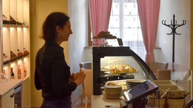 Kavárna a vinárna na nádvoří Arcibiskupského zámku v Kroměříži.