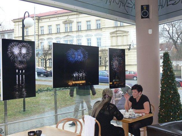 Výstava fotografií zlínského rodáka žijícího v Brně vystavují v kavárně Scéna v Kroměříži. Tématem fotografií jsou ohňostroje. Výstava bude k vidění až do konce ledna.