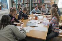 V rámci Řeckých dnů v Kroměříži si školáci v dětském oddělení knihovny vyzkoušeli soutěže, vědomostní kvízy, výtvarné dílničky a zábavné hry inspirované Řeckem.