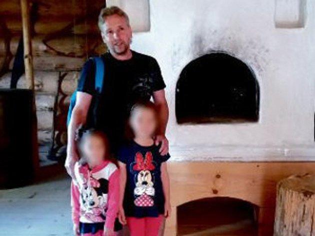 Pěstounský pár z Mostu vychovává od dubna 2017 ve Chvalčově dvě děti: kvůli zachování anonymity nesmějí být holčičkám vidět tváře, pěstounská rodina totiž nemá souhlas od jejich biologických rodičů.