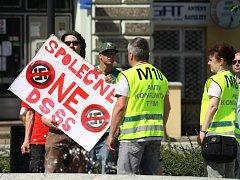 Několik desítek odpůrců Tomáše Vandase a jeho strany DSSS (Dělnická strana sociální spravedlnosti) se sešlo v neděli odpoledne na holešovském náměstí.