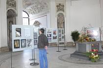 V Rotundě Květné zahrady v Kroměříži se koná výstava fotografií nazvaná Pohled přes čočku. Fotografie zachycují obě kroměřížské zahrady v proměnách času a různých ročních obdobích. Potrvá až do 31. října.