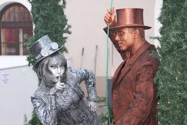 Kroměřížská radnice plánuje koncem května program postavený na živých sochách: ty jsou uměleckou disciplínou, při níž vystupují umělci jako sochy vytvořené zdánlivě z kovu, mramoru, hlíny, betonu, dřeva a jiných materiálů.