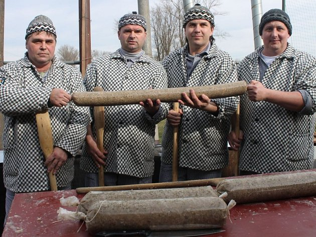 V Lutopecnách oslavili 740 let obří tlačenkou