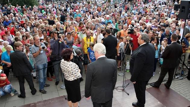 Návštěva prezidenta Miloše Zemana ve Zlínském kraji. Náměstí ve Vsetíně.