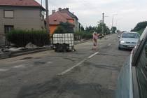 Kvůli opravě 1,5 kilometru dlouhého úseku cesty ve Zdounkách nyní musí řidiči počítat s omezením. Dopravu tady řídí za částečné uzavírky semafor.