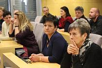 Hlasování valné hromady o setrvání ředitelky Kroměřížské nemocnice, a.s. Lenky Mergenthalové. Případné odvolání odsuzuje i většina zaměstnanců nemocnice. Část z nich přijela ředitelku podpořit přímo na úřad Zlínského kraje.