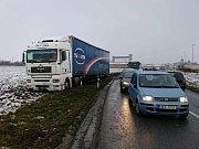 Po třetí hodině odpoledne řešili ve čtvrtek 18. ledna policisté a hasiči havárii kamionu mezi Holešovem a Třeběticemi. Nákladní auto tam vyjelo ze silnice do pole, nehoda se ale naštěstí podle všeho obešla bez zranění.