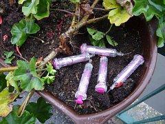 V Hulíně našli lidé v květináči použité injekční stříkačky, dostat se k nim přitom snadno mohly například děti. Odborníci naštěstí potvrdili, že nález nepochází od uživatelů drog.