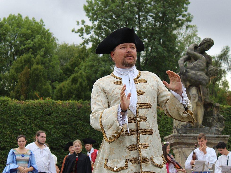 V rámci barokního festivalu Hortus Magicus čekal na návštěvníky kroměřížské Květné zahrady bohatý program: nechyběla hudba, kejklíři, pohádky, dobové kostýmy, koňští tanečníci a dokonce ani ohňostroj.