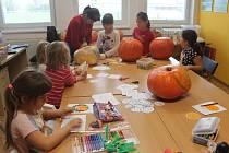 Děti si v TyMy Centru zpříjemnily středeční den dílničkami: tématika byla jasná, vydlabávaly dýně a tvořily halloweenské ozdoby.