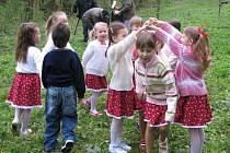 Vítání jara a odemykání studánky v Divokách.