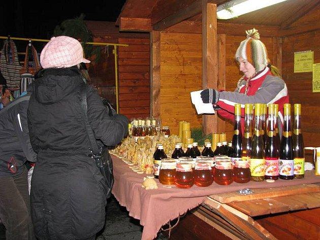 V Kroměříži zahájili 10. prosince první ročník desetidenního vánočního jarmarku. Přijela i skupina Holki.