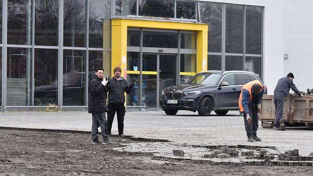 Oprava parkoviště před nákupním centrem Zachar.