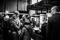 FOTOGRAFIE NA NÁDRAŽÍ. Válce, které v nádražní hale dříve sloužily pro jízdní řády nyní zdobí snímky známého fotografa Jindřicha Štreita.