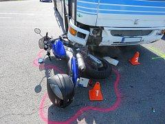 Druhou dubnovou neděli řešili policisté nehodu na křižovatce u Střílek. Lehce se při ní zranila šestadvacetiletá motocyklistka, která nedala přednost protijedoucímu autobusu a lehce se při pádu zranila.