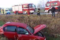 Při nehodě u Zdislavic skončilo auto v potoce