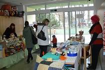 Knihovna Kroměřížska zahájila prodejní výstavu s názvem Týden plný překvapení. Každoroční akce je prezentací děl klientů nejrůznějších zařízení v Kroměříži. Koná se vždy před Vánoci.