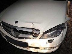 Mercedes poškozený po srážce se srnou.