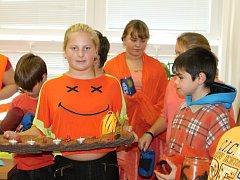 Školáci ze Střílek vyrazili v úterý 27. října do školy v oranžovém. V rámci projektového dne vyzdobili školu a její okolí podzimní dekorací.