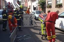 Zraněného muže, který se zřítil ze střechy rodinného domu, museli ve středu 14.9. dopoledne v Bartošově ulici v Kroměříži sundávat ze střechy sousední garáže hasiči pomocí automobilového žebříku.