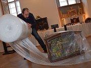 Pracovníci holešovského zámku balí výstavu betlémů, která skončila 31. prosince: potěšila letos na tři tisíce lidí.