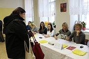 Obě volební komise v prostorách školní jídelny na Riegrově náměstí v Kroměříži měly hned ze začátku druhého kola prezidentské volby plné ruce práce. Příchozí voliče mohli počítat na desítky.
